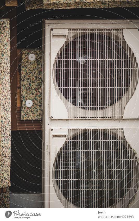Luftwärmepumpe an einem Einfamilienhaus - verkleidet mit Holz - Holzverkleidung geöffnet | ökologische, nachhaltige, moderne und umweltfreundliche Heizung