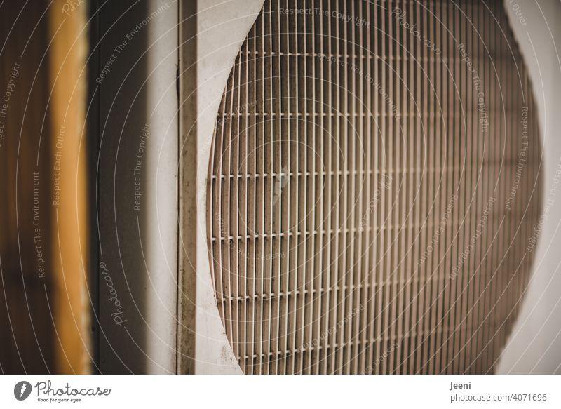 Ventilator einer Luftwärmepumpe - seitlicher Blick | ökologische, nachhaltige, moderne und umweltfreundliche Heizung Wärmepumpe umweltschonend Wärmegewinnung