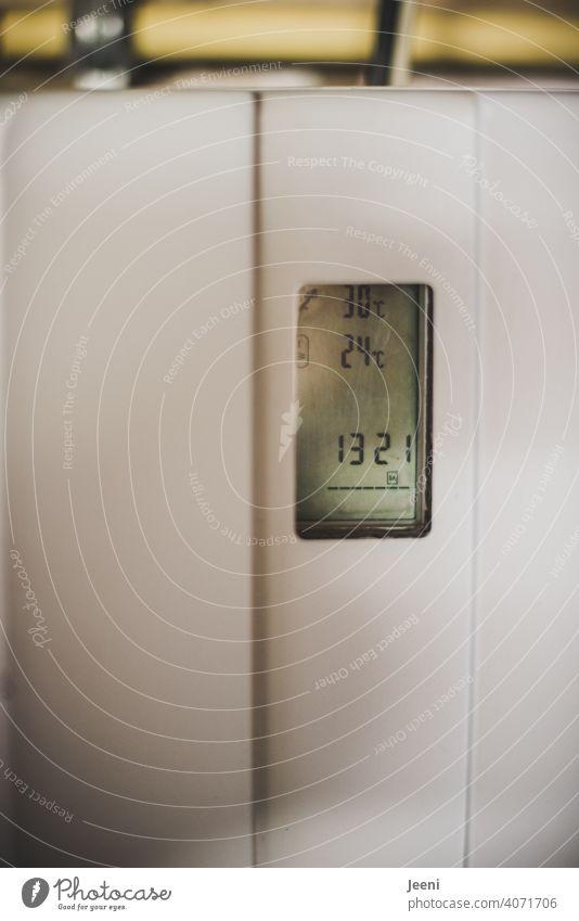 Heizungsregler oder Steuergerät einer Solarthermieanlage in einem Einfamilienhaus | ökologische, nachhaltige, moderne und umweltfreundliche Warmwassererzeugung