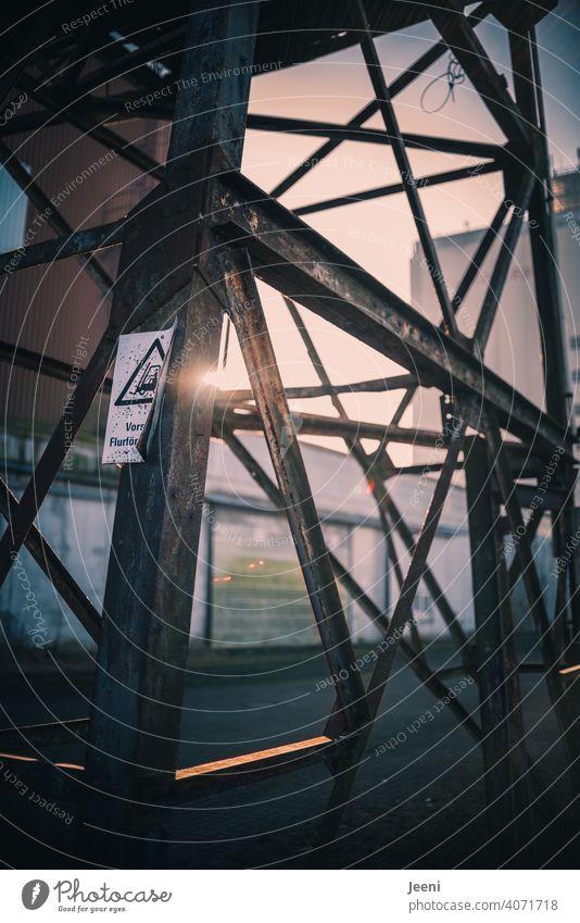 Stahlkonstruktion an einer verlassenen Hafenanlage Hafengebiet Hafenkran Kran Außenaufnahme Industrie Hafenstadt Schifffahrt Wasser alt lost lost places Verfall