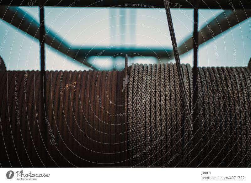Seilwinde an einem Kran auf einer verlassenen Hafenanlage Zug Stahlseil drehen ziehen hoch Hafengebiet Hafenkran Außenaufnahme Industrie Hafenstadt Schifffahrt