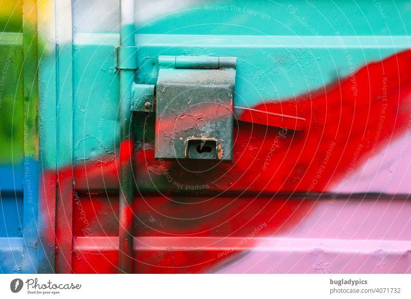 Container aus Metall mit Graffiti bunt besprüht Griff Verschluss Neon neonfarbig grell verschlossen Industrie geschlossen Strukturen & Formen Sicherheit Eingang