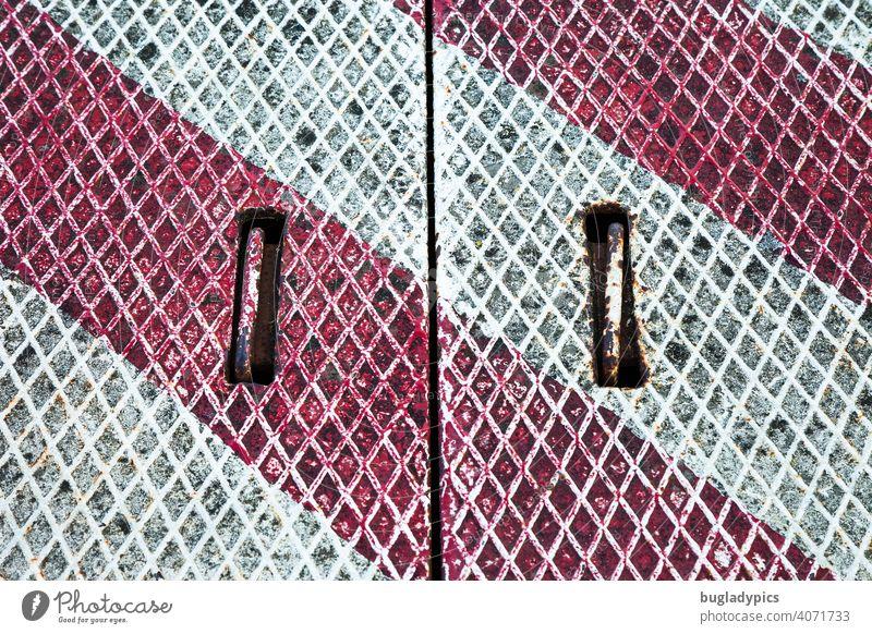 Rot-weiße Metallabdeckung auf dem Boden in einem Hafen Abdeckung Schachtabdeckung Rautenmuster griffe rot-weiß Sicherheit Strukturen & Formen Barriere