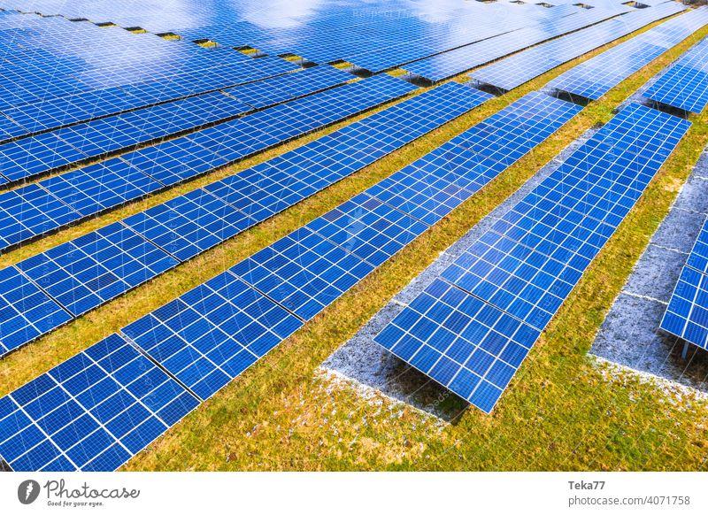 ein moderner Solarpark von oben solar Solarzellen Sonne sonnig Winter Energie Ökostrom Sonnenenergie Wolken moderne Solarzellen blau blaue Solarzellen