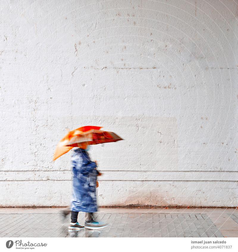 Frauen mit einem Regenschirm an regnerischen Tagen im Frühling, Bilbao, Spanien Menschen Person regnet Regentag Wasser menschlich Fußgänger Straße Großstadt
