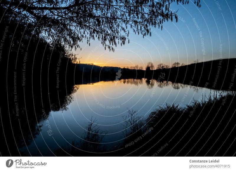 Sonnenuntergang am See zur blauen Stunde Interessante Bilder Natur Betrachtungen Wasser Abenddämmerung Himmel Landschaft Dämmerung Erholung Seeufer