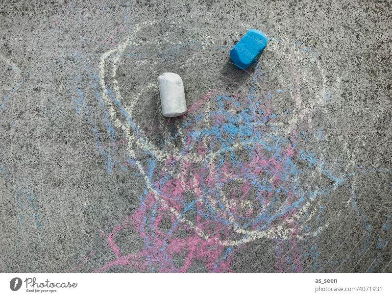 Straßenkreide Bemalung Kindheit Spielen bemalen Kreide bunt blau weiß grau draußen Kreativität Freizeit & Hobby Kinderspiel Freude zeichnen Kreidezeichnung