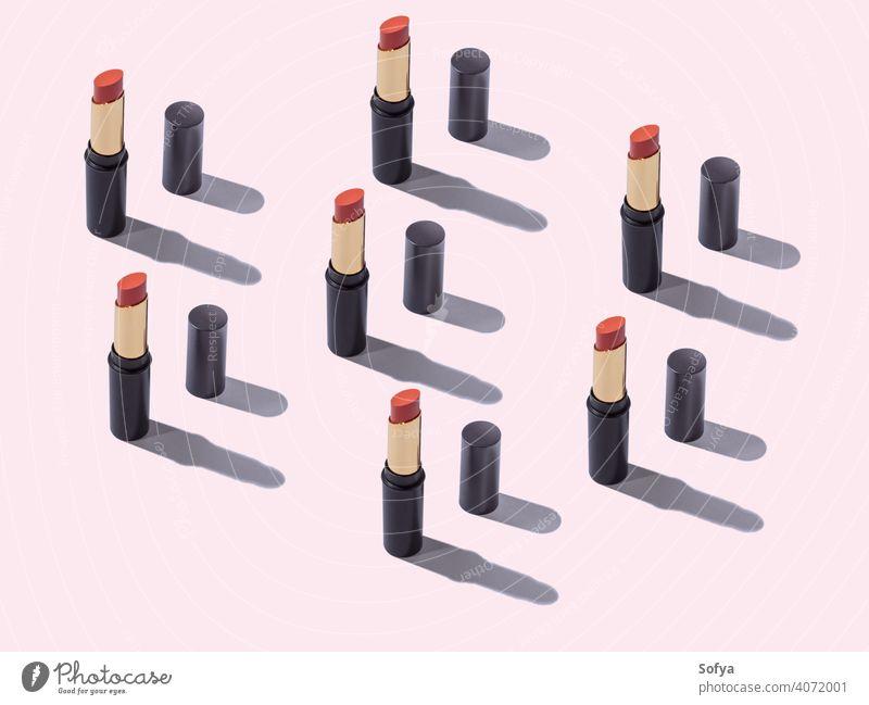 Roter Lippenstift Make-up Schönheit Muster auf rosa Hintergrund Geometrie Produkt nackt Kosmetik rot Tube weiß machen orange diagonal geometrisch offen Frauen