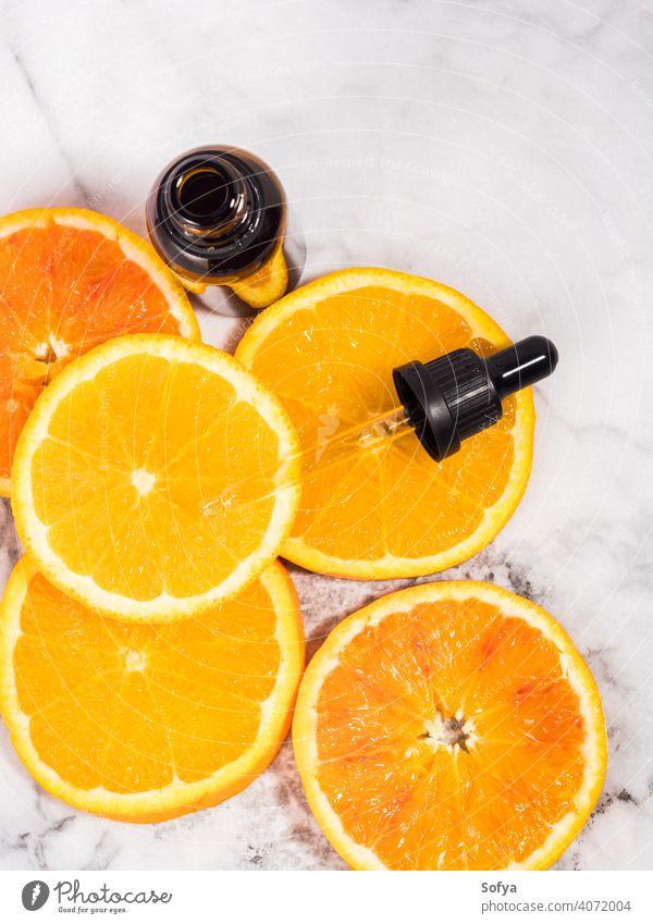 Vitamin C Serum Flasche mit Tropfer auf weißem Marmor Hintergrund orange notwendig Erdöl Schönheit Aromatherapie Murmel Glas Haut Pflege Scheibe hell dunkel