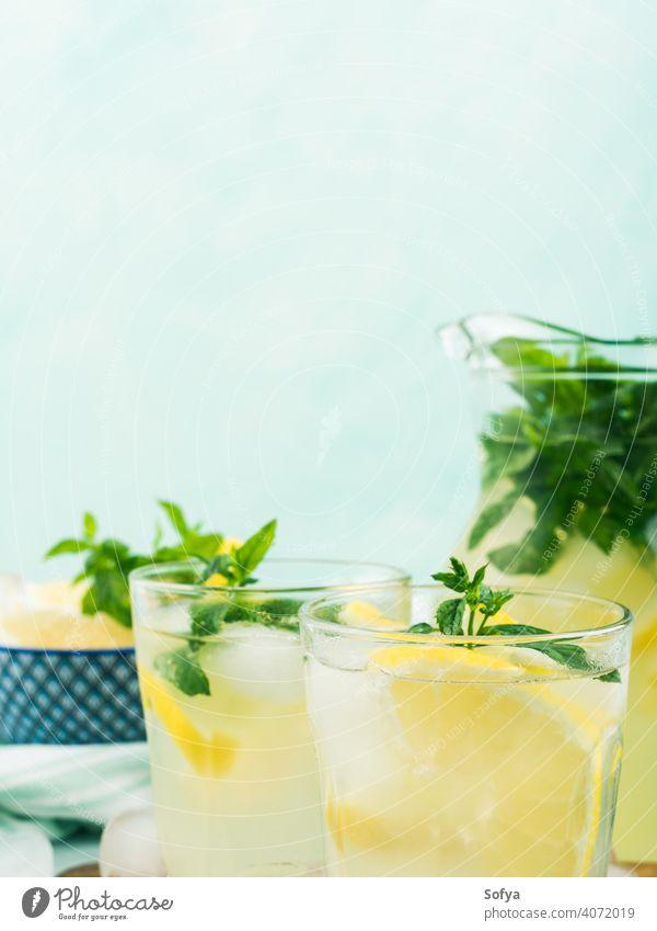 Frische Zitronenlimonade in Krug und Gläsern Limonade Sommer aufgegossen Kannen trinken Cocktail Frucht Blatt gefroren Italienisch Frühling Glas Saft