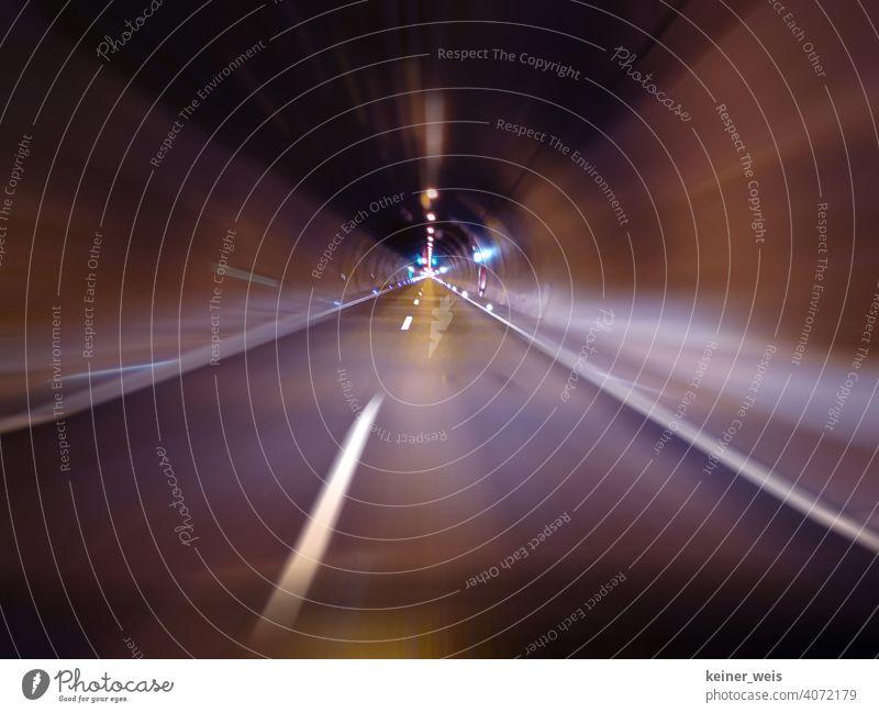 Die Fahrt mit Tunnelblick durch einen endlosen Autobahntunnel leer kein Verkehr keine Autos Straße Verkehrswege fahren Straßenverkehr Autofahren Geschwindigkeit
