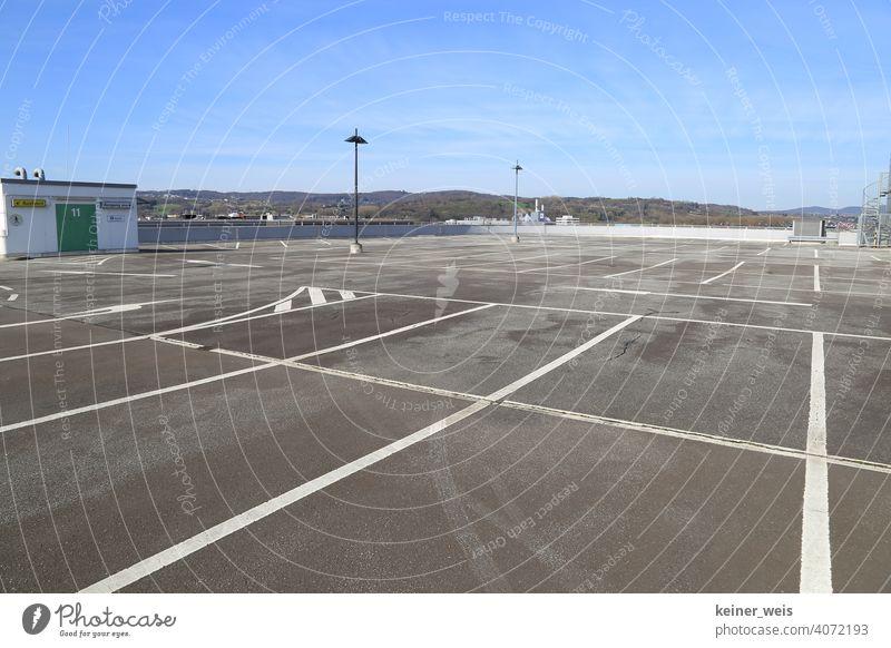 Leere Parkplätze auf einem Parkhausdach geschlossen zu Shutdown ausgangssperre Coronavirus Pandemie Prävention leer Pleite niemand menschenleer Markierungen