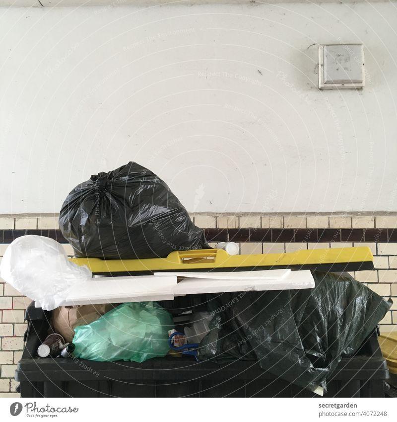 Das ist doch alles für die Tonne! Müll Müllentsorgung Müllbehälter Müllverwertung Mülltonne Müllsäcke Müllabfuhr sperrmüll wegwerfen Recycling Umweltschutz