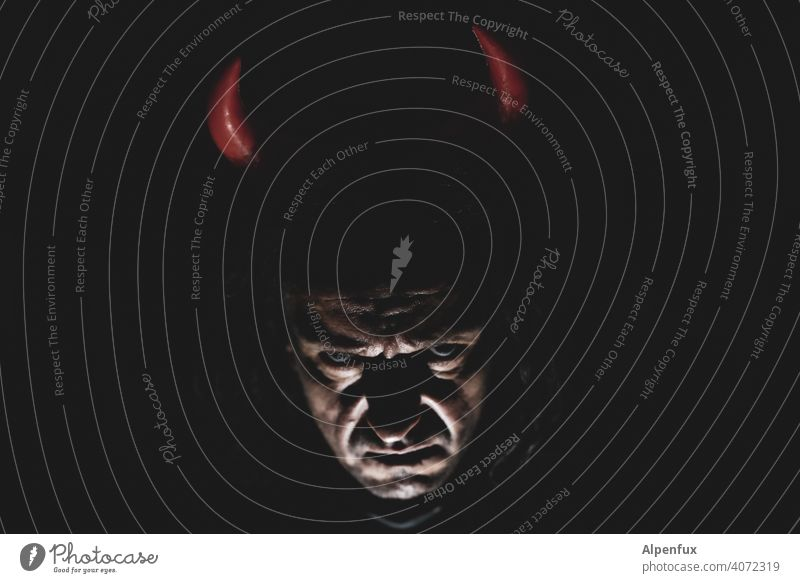 wehe wenn es dunkelt...... Teufel Satan satanismus bedrohlich Angst gefährlich Nacht Geister u. Gespenster außergewöhnlich schwarz Panik gruselig Licht Schatten