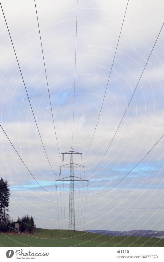 unter Hochspannungsleitungen mit Blick auf den Strommast und in die Landschaft Energiewirtschaft Elektrizität ernergieversorgung Transportweg Leitungen