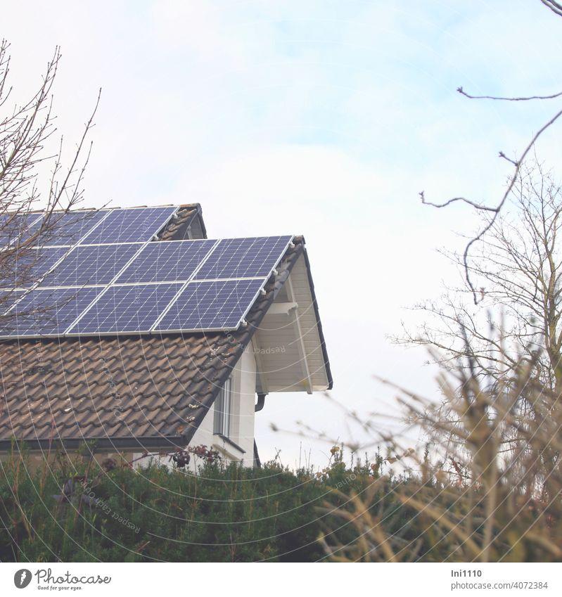 Photovoltaikanlage auf der Dachfläche eines Wohnhauses Solarenergie Stromversorgung Energie Sonnenenergie CO2 Umweltfreundlich Alternative Energie speichern