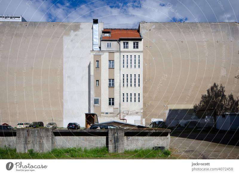 Zentral in der Mitte Stadthaus Brandmauer Fassade Lüftungsschacht Hinterhof alt Berlin-Mitte Himmel Symmetrie historisch Wandel & Veränderung