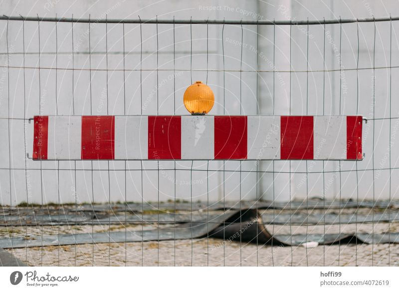 Barke mit Lampe vor Bauzaun rot-weiß Metallzaun abstrakt Baustelle Barriere Linie Schranke Schutz eingezäunt Zäune Absperrung Gitterzaun Montage Verbote