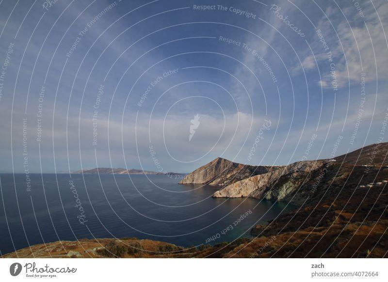 Himmel und Erde Folegandros Kykladen Griechenland Insel Ägäis Mittelmeer Meer Küste Hügel blau Felsen Schönes Wetter Wasser Felsenküste