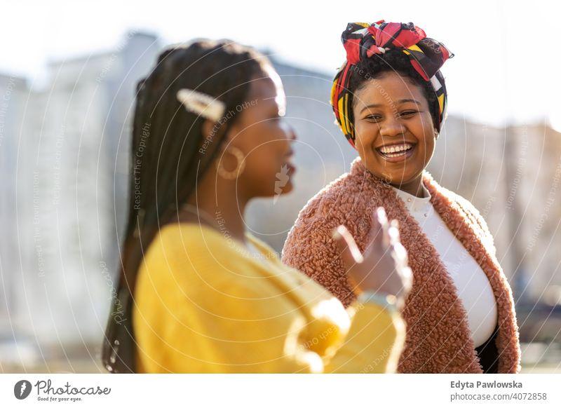 Schöne glückliche Freundinnen reden und lächelnd in der Stadt Vielfalt unterschiedliche Menschen Liebe im Freien Tag Positivität selbstbewusst sorgenfrei Frau