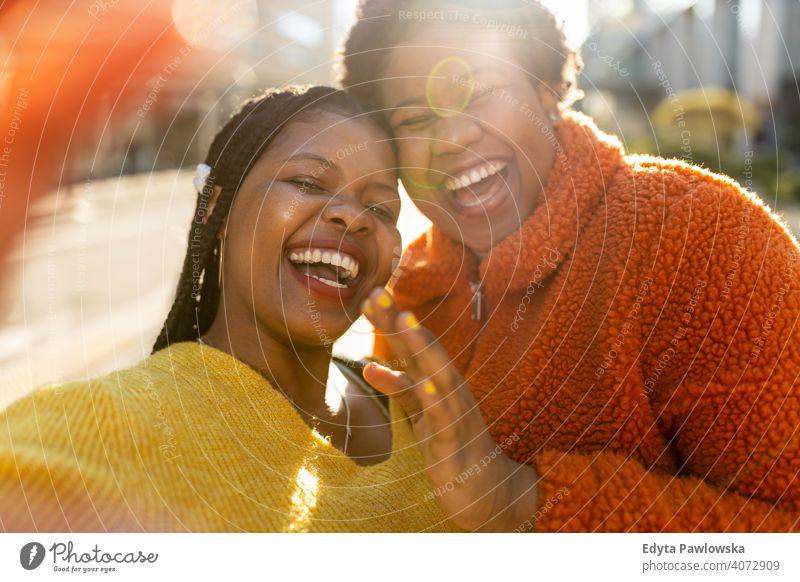 Zwei schöne afroamerikanische Frauen haben Spaß zusammen in der Stadt Vielfalt unterschiedliche Menschen Liebe im Freien Tag Positivität selbstbewusst