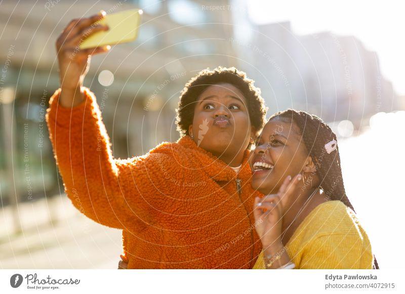 Schöne glückliche Freundinnen nehmen ein Selfie zusammen Vielfalt unterschiedliche Menschen Liebe im Freien Tag Positivität selbstbewusst sorgenfrei Frau jung