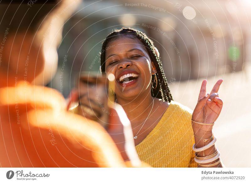Schöne glückliche Freundinnen nehmen ein Selfie zusammen Afrikanisch Afro-Look Vielfalt unterschiedliche Menschen Liebe im Freien Tag Positivität selbstbewusst