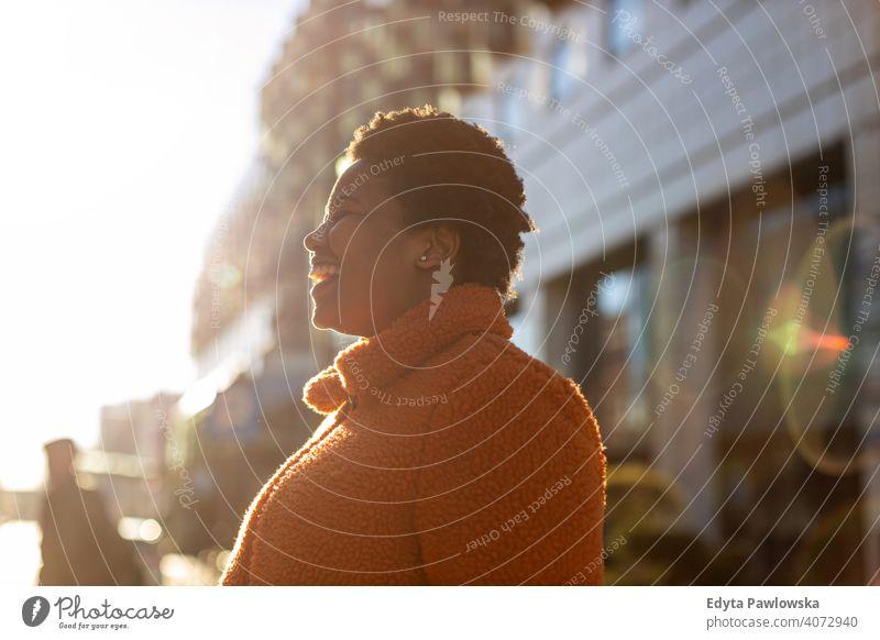 Afroamerikanische Frau in einem städtischen Gebiet eine Person allein im Freien Tag Positivität selbstbewusst sorgenfrei Menschen jung Erwachsener lässig schön