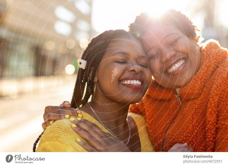 Porträt von zwei schönen glücklichen Freundinnen umarmen im Freien Vielfalt unterschiedliche Menschen Liebe Tag Positivität selbstbewusst sorgenfrei Frau jung