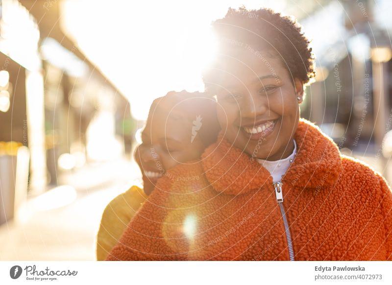 Zwei schöne afro-amerikanische Frauen in einem städtischen Stadtgebiet Vielfalt unterschiedliche Menschen Liebe im Freien Tag Positivität selbstbewusst