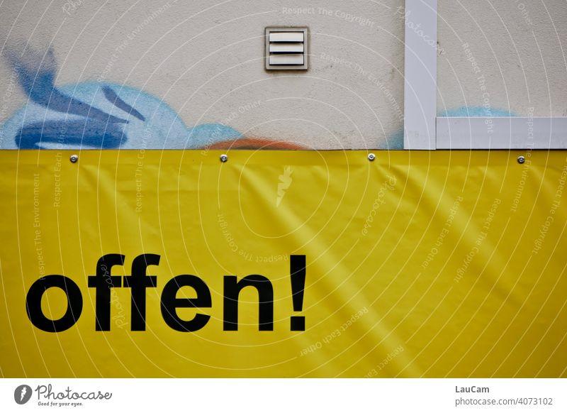 """Schwarzer Schriftzug """"offen!"""" auf einer gelben Plastikplane mit Graffiti Buchstaben Wand schwarz gelbschwarz gelb-schwarz Hauswand Fassade Wort Schriftzeichen"""