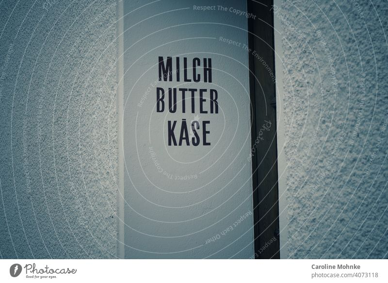 MILCH, BUTTER, KÄSE...Beschriftung einer ehemaligen Molkerei an einem Türeingang Milch Nahaufnahme Ernährung Butter Käse Lebensmittel frisch Essen zubereiten