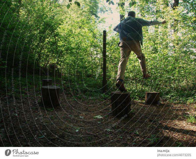 junggeblieben springend Spaß Fröhlichkeit Freude Lifestyle Glück Person Pension Freizeit heiter Sommer im Freien pensioniert alt vital Vitalität gesund
