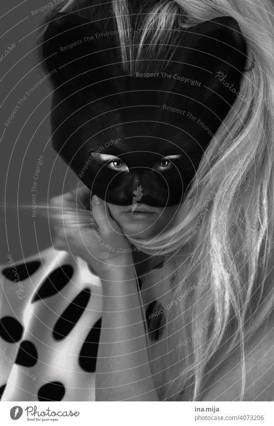 verzerrte Wahrnehmung Katze Maske Porträt Oberkörper Karnevalsmaske Blick in die Kamera verkleiden Katzenmaske gestikulieren feminin Frau Feste & Feiern