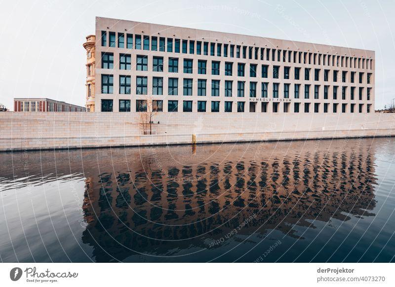 Humboldtforum im Berliner Stadtschloss mit Spiegelung in der Spree Blauer Himmel Historische Bauten Stadtzentrum Sehenswürdigkeit Textfreiraum rechts