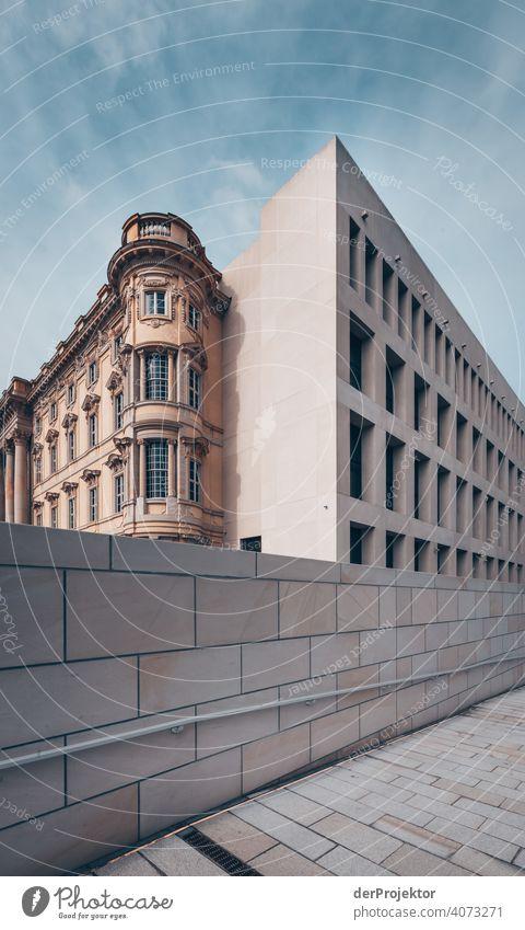 Humboldtforum im Berliner Stadtschloß Spree Blauer Himmel Historische Bauten Stadtzentrum Sehenswürdigkeit Textfreiraum rechts Außenaufnahme Textfreiraum oben