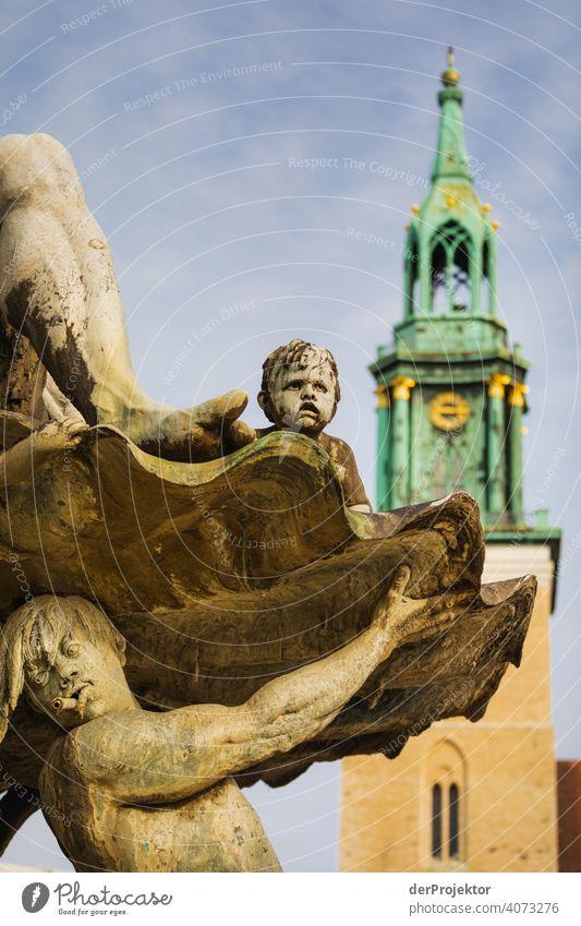 Neptunbrunnen im Ausschnitt mit der Marienkirche im Hintergrund Spree Blauer Himmel Historische Bauten Berlin Stadtzentrum Sehenswürdigkeit Textfreiraum rechts