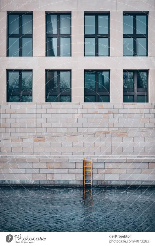 Humboldtforum im Berliner Stadtschloss mit Leiter in der Spree Blauer Himmel Historische Bauten Stadtzentrum Sehenswürdigkeit Textfreiraum rechts Außenaufnahme
