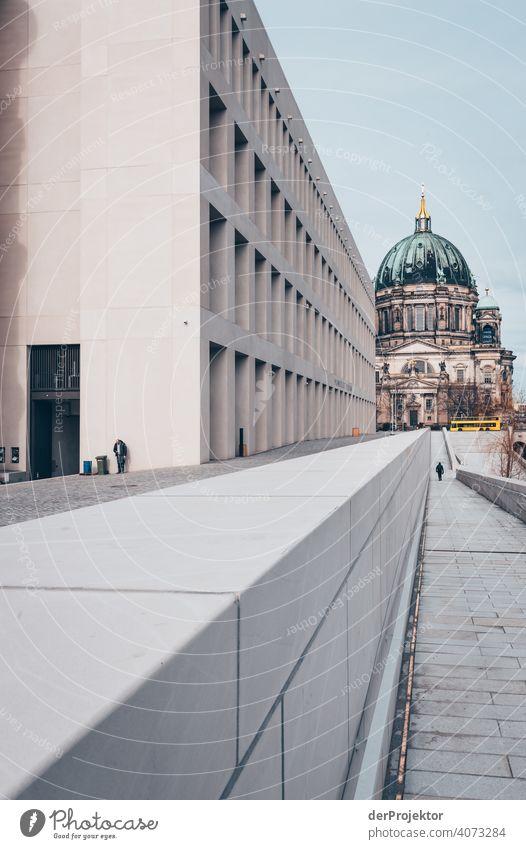 Humboldtforum im Berliner Stadtschloß mit Berliner Dom im Hintergrund Spree Blauer Himmel Historische Bauten Stadtzentrum Sehenswürdigkeit Textfreiraum rechts