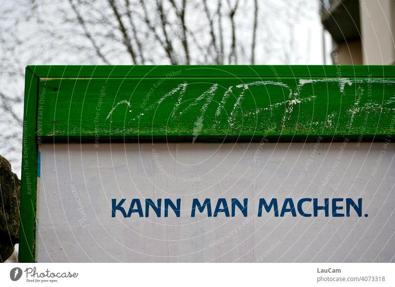 """Schriftzug """"Kann man machen."""" auf grün-weißer Plakatwand Schriftzeichen Satz Spruch Buchstaben Aussage aussagekräftig Wort worte Menschenleer Text Farbfoto"""
