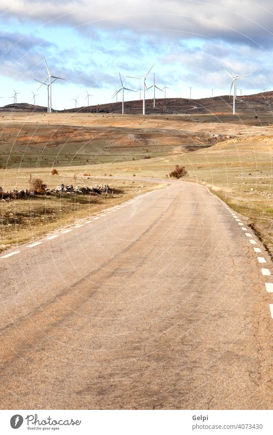 Landschaft mit Windpark Windmühle Windturbine Energie Umwelt regenerativ Straße alternativ blau Klima Erhaltung Entwicklung Ökologie Effizienz elektrisch