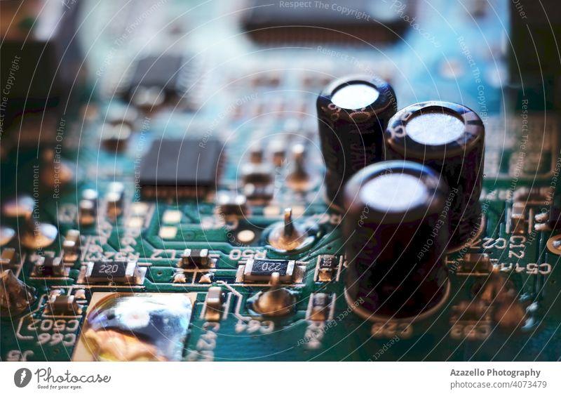 Nahaufnahme einer Leiterplatte Technik & Technologie Hintergrund Gerät Makro System Maschinenbau Computer Unschärfe verschwommen Holzplatte Bokeh Chip
