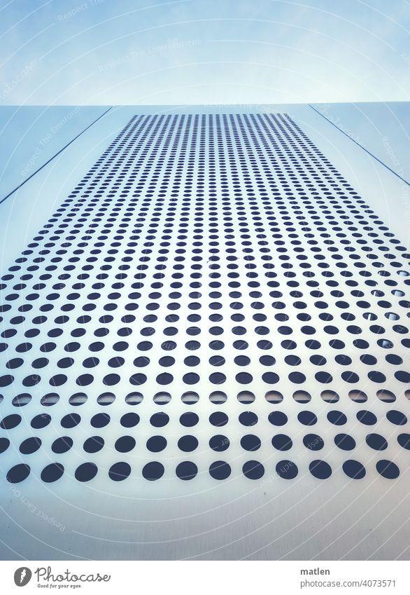 Lochblech Himmel Woelkchen Metall Menschenleer Detailaufnahme Muster abstrakt Klima