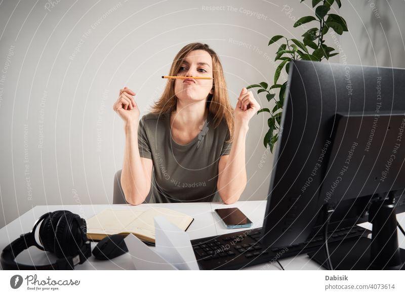 Frau prokrastiniert am Heimarbeitsplatz. Problem mit Fernarbeit und Home Office prokrastinieren freiberuflich online Arbeit heimwärts LAZY Business
