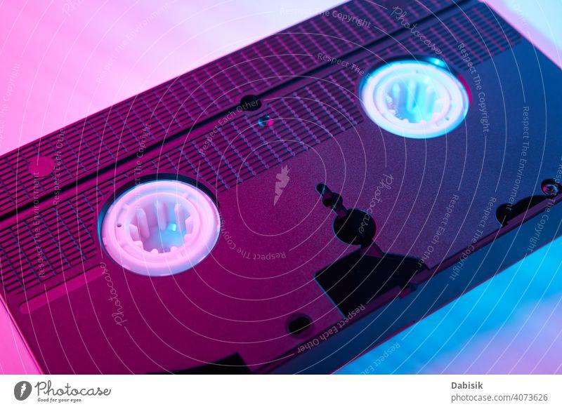 Videokassette auf dem Farbhintergrund. Retro vhs Kassette Klebeband retro altehrwürdig Hintergrund neonfarbig Computer Mode Design Rahmen Party Ikon