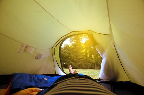 gartenurlaub Lifestyle Freizeit & Hobby Mensch maskulin Mann Erwachsene Leben Beine Fuß 1 liegen Zelt Camping Campingplatz Eingang Ausgang Schlafsack