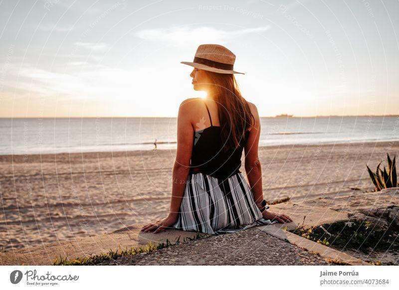 Junge Frau mit Hut am Strand im Urlaub in Südspanien Natur Sommer Meer MEER Himmel sonnig jung Fröhlichkeit natürlich Drahtlos Freizeitaktivitäten Porträt