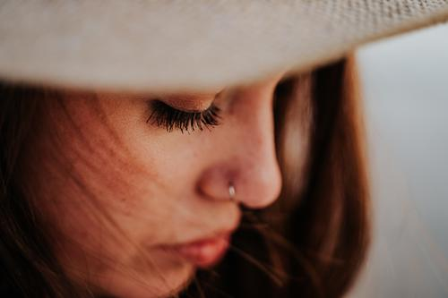Porträt einer jungen Frau am Strand Fröhlichkeit natürlich Hut Natur reisen Mädchen Sommer Person schön Feiertag Menschen Schönheit Amerikaner Sonne Gesundheit