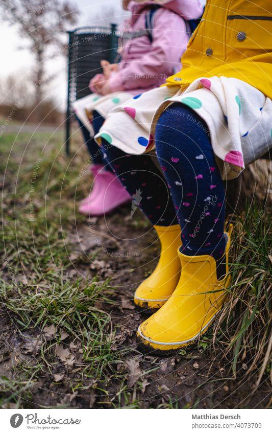 Gummistiefel im Matsch Natur Kinder Außenaufnahme Stiefel Regen Wetter schlechtes Wetter Herbst Pfütze Kindheit Freude dreckig