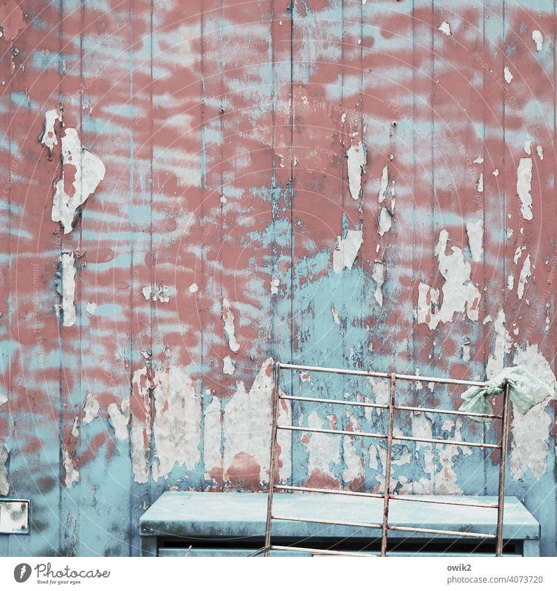 Flaute Bauwagen Fassade Metall alt Farbe Wand Gestell Verfall schäbig Zerstörung Außenaufnahme Vergänglichkeit Vergangenheit Farbfoto Strukturen & Formen